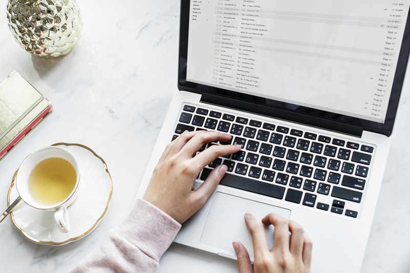 Een vrouw die een e-mail gaat versturen
