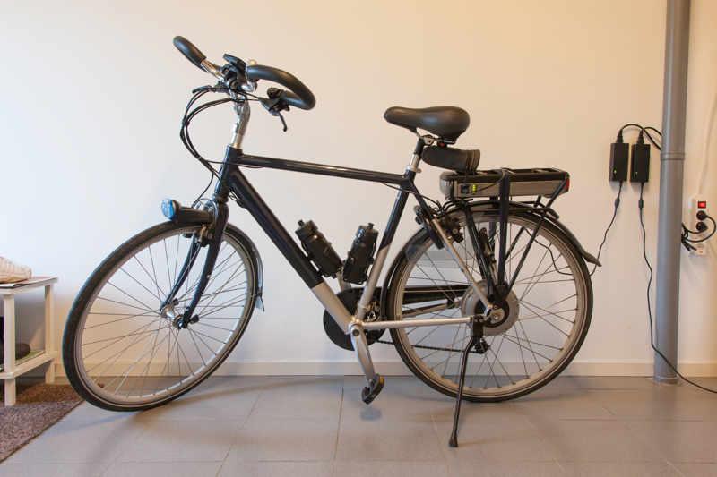 Elektrische fiets aan oplader