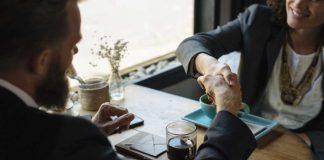 Hand schudden na een sollicitatiegesprek