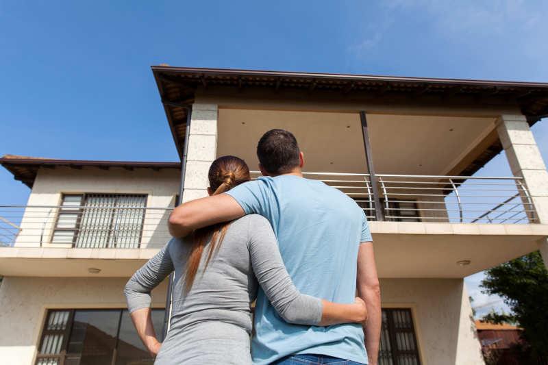 Man en vrouw kijken naar hun nieuwe huis