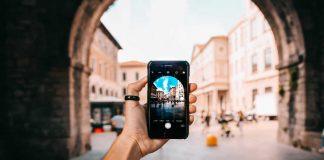 Smartphone met stad in de achtergrond