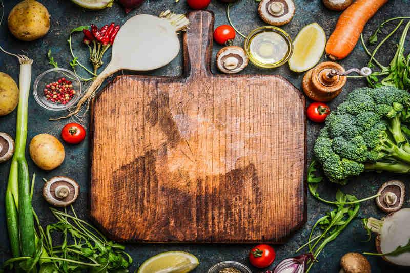 Snijplank met veel groeten en kruiden