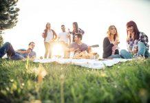 Vrienden in het park met een gitaar en wat eten en drinken