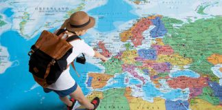 Vrouw die europa op de landkaart aanwijst