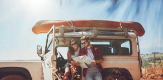 Vrouw en man op roadtrip met een Jeep
