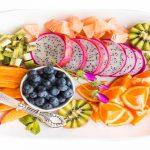 bord met veel fruit gezond leven