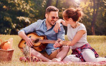 stelletje in het park met gitaar en wat eten