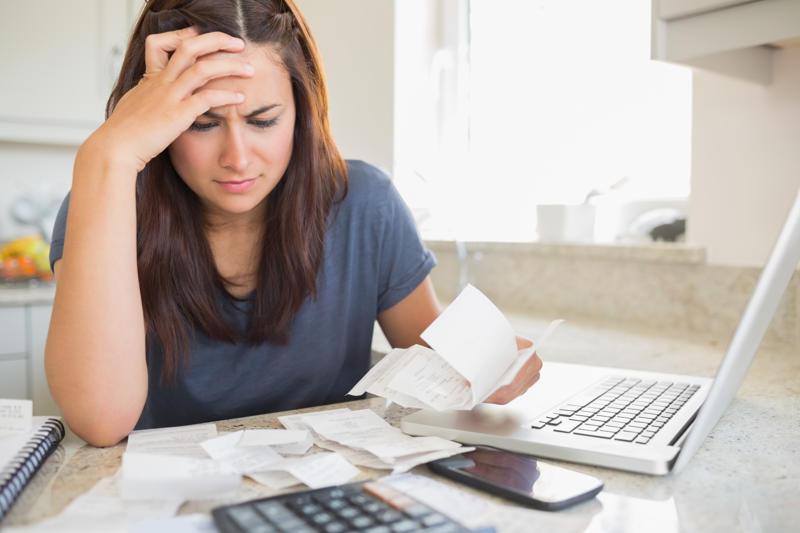 vrouw bezig met haar financieen
