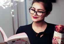 vrouw die een boek aan het lezen is