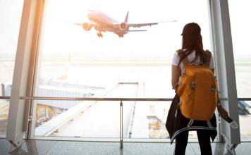 vrouw op het vliegveld met vliegtuig in de achtergrond