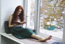 Vrouw die een humoristisch boek aan het lezen is