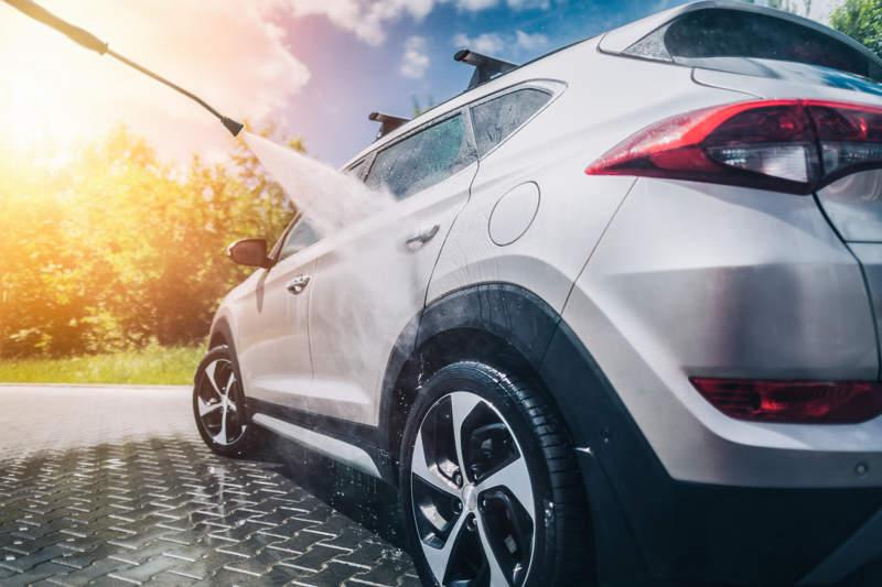 auto wassen met hogedruk spuit