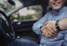 handen schudden na aankoop auto