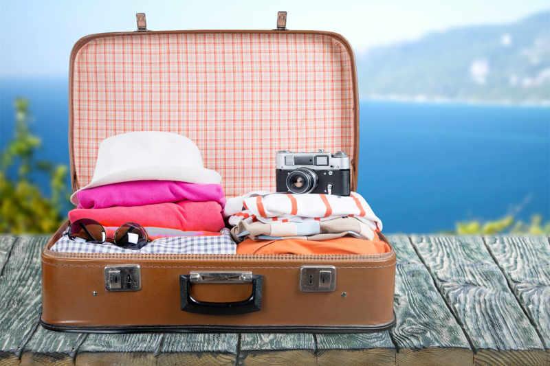 Vakantiekoffer met kleding camera en diverse
