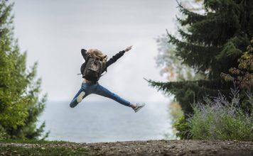 vrouw springend in de lucht