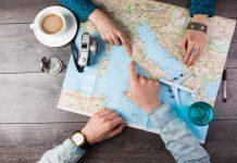 Vrouw en man wijzen rome aan op de landkaart