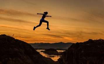 Vrouw die van berg naar berg