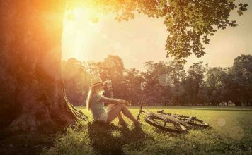 Vrouw zittend in het bos na een fietstocht