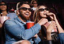 Man en vrouw in de bioscoop een film aan het kijken