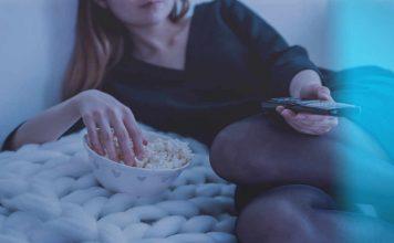 Vrouw die een film kijkt met popcorn