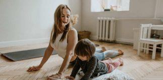 Moeder met dochter Yoga aan het doen
