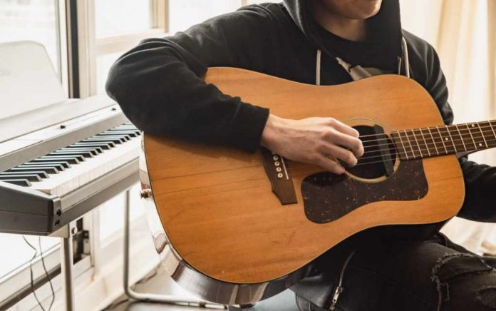 Gitaar leren spelen. 7 voordelen waarom gitaar spelen goed is voor je geestelijke gezondheid en een Bonustip voor een Online gitaar leren cursus