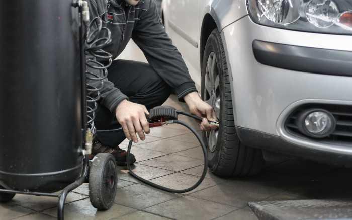 Bandenspanning controleren en op spanning houden om brandstof te besparen